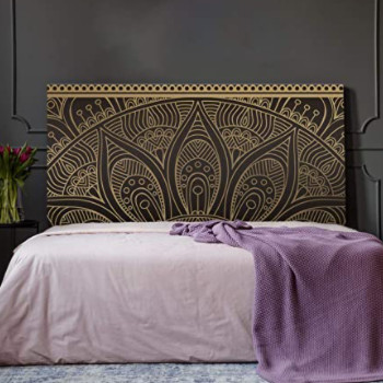 cabecero de cama con mandala dorado tipo yoga.