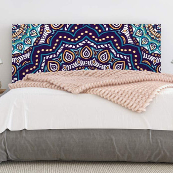 cabezal de cama con mandala colorido.