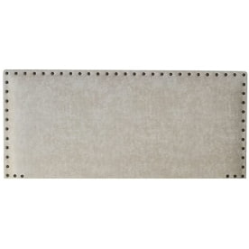 cabecera de cama gris claro con tachuelas